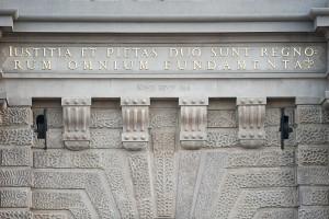 """""""Iustitia et Pietas duo sunt Regnorum omnium Fundamenta"""" oznacza """"Sprawiedliwość i pobożność to dwie podstawy wszystkich królestw"""". Jeśli jednak przeczytamy wyłącznie dolną linię sentencji, czyli """"Rum omnium Fundamenta"""" dowiemy się, że tak naprawdę podstawą wszystkiego jest ten popularny już wtedy trunek."""