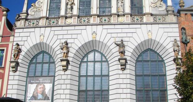 Wśród czterech postaci zdobiących fasadę Dworu Artusa, obok Scypiona Afrykańskiego, Camillusa i  Temistoklesa, znajduje się też żydowski król Juda Machabeusz.