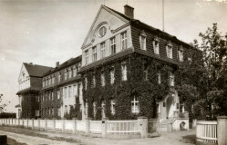 Budynek zakładów Augusta Oetkera w Gdańsku, lata 30. ubiegłego wieku. Dopiero teraz historycy dokładnie badają życiorys założyciela znanej firmy.