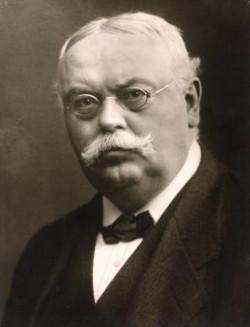 Dr August Oetker, aptekarz, wynalazca proszku do pieczenia. Stworzoną przez niego firmę uznano za wzorowe przedsiębiorstwo w narodowo-socjalistycznych Niemczech.