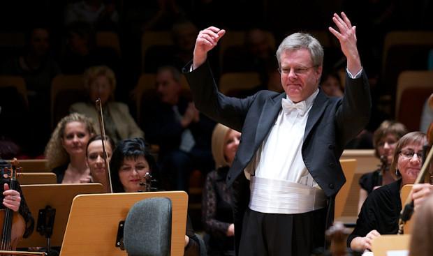 Koncert inauguracyjny był jednym z ostatnich koncertów dyrektora artystycznego filharmonii - Kaia Bumanna. Już wkrótce ustąpi on miejsca duetowi Ernst van Tiel (Holandia) i Massimiliano Caldi (Włochy).
