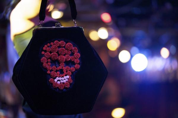 Romantyczne, czasem mroczne, zawsze rzucające się w oczy, obowiązkowo z biglem - takie są torebki od MiaMia.