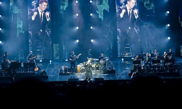Świetnym pomysłem było umieszczenie w tle sceny pionowych telebimów, które pokazywały sylwetki muzyków.