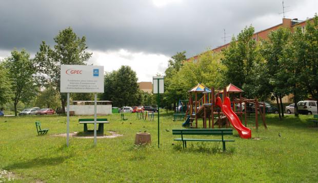 Dzięki współfinansowaniu ze środków programu Partner przeprowadzono liczne termomodernizacje, budowę boisk i  placów zabaw. Na zdjęciu plac zabaw przy ul. Biegańskiego na Chełmie.
