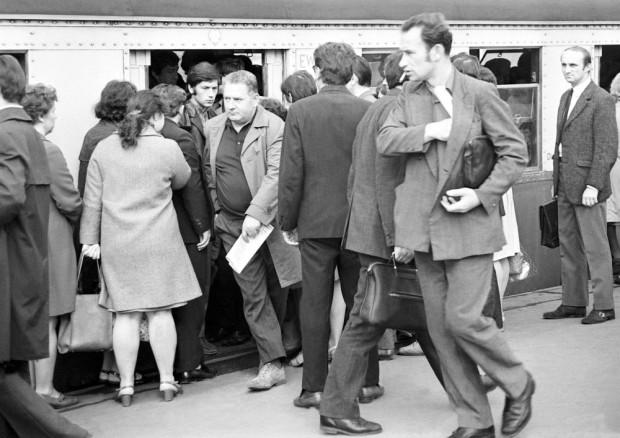 Kłopoty z wejściem do przepełnionej kolejki? Zmagamy się z tym problemem od dobrych kilkudziesięciu lat (na zdjęciu przystanek SKM w roku 1973).