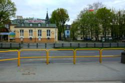 Przejście przy Teatrze Miniatura zostało zamknięte w grudniu 2010 roku mimo protestów mieszkańców. ZDiZ obiecywał jego przywrócenie w 2011, a potem 2012 roku. Na razie nic się tu nie dzieje.