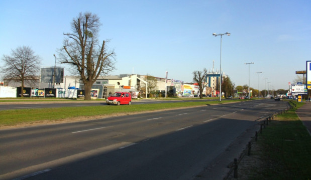 Kładka ma powstać na wysokości obecnego sklepu meblowego przy torach kolejowych (wcześniej skład budowlany) a sklepami Mediamarkt i Castorama po drugiej stronie al. Grunwaldzkiej.