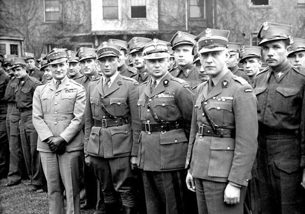 Generał Bronisław Duch w otoczeniu ochotników.