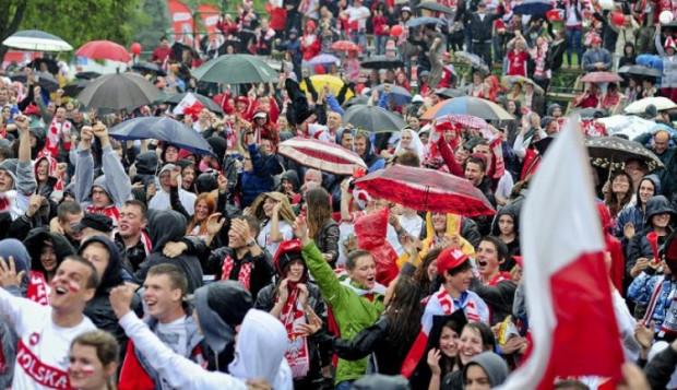 Tak kibice w Gdyni cieszyli się po golu strzelonym przez Roberta Lewandowskiego.