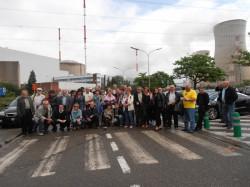 Uczestnicy wyjazdu organizowanego przez PGE na tle elektrowni w Belgii.