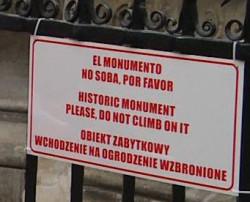 Wielojęzyczna informacja wisi od kilku dni na ogrodzeniu Fontanny Neptuna.