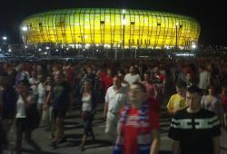 Kibice spokojnie opuszczają stadion.