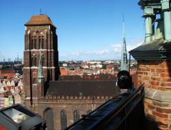 W Bazylice Mariackiej pochowano szkockiego kapitana Roberta Gourlaya, który brał udział w obronie Gdańska przed wojskami króla Polski Stefana Batorego.