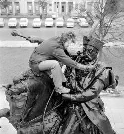 Pomnik czyszczono wodą z dodatkiem kwasu. Na zdjęciu prace konserwacyjne przeprowadzane przez pracownika Miejskiego Przedsiębiorstwa Budowy i Konserwacji Terenów Zielonych w marcu 1973 roku.