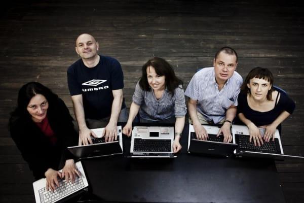 """""""Skrzynk@Pandory"""" ma pięcioro bohaterów i w całości oparta jest na korespondencji mailowej. Prapremiera spektaklu 7 lipca na Scenie Letniej Teatru Wybrzeże w Pruszczu Gdańskim."""