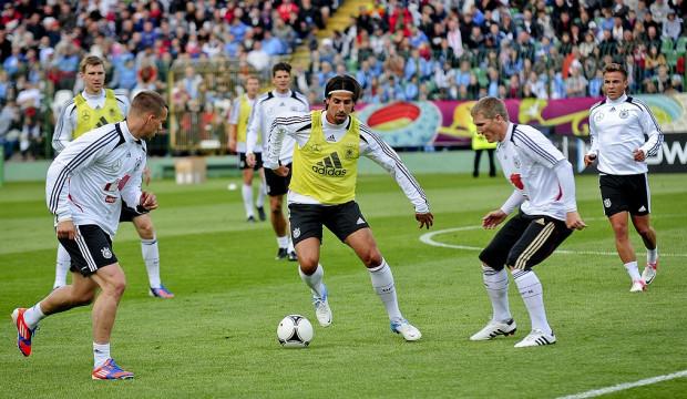 Niemcy na stadionie przy Traugutta trenowali tylko raz. Przy piłce Sami Khedira.