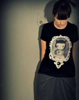 Ostatnio Marta Misiuro tworzy też koszulki z reprodukcjami swoich obrazów. Nz. projektantka.