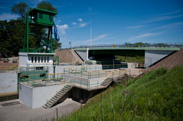 Gotowy most zwodzony w Przegalinie na Wyspie Sobieszewskiej.