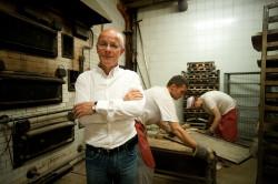 Grzegorz Pellowski, starszy cechu piekarzy i cukierników, w swojej piekarni przy Podwalu Staromiejskim 82. Obecnie buduje nowy zakład przy ul. Mostowej.