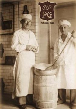 Praca piekarza była i jest ciężka, wymaga siły fizycznej. Nz. piekarnia firmy Gotowała, lata 40.