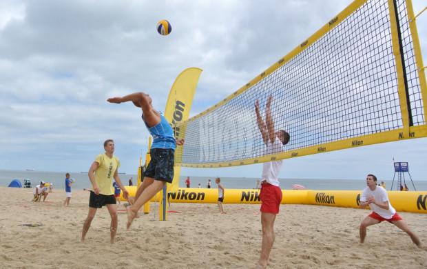 Zagrać w siatkówkę, a może w piłkę nożną? Przed takim dylematem staną plażowicze.