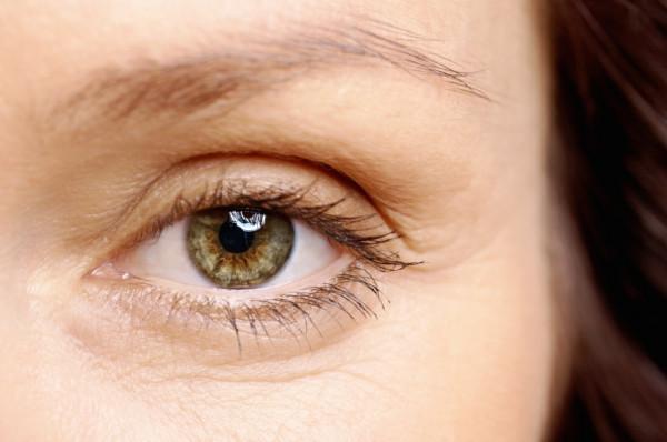 Plastyka powiek polega na usunięciu nadmiaru skóry z powieki dolnej i górnej.
