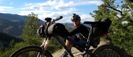 Paweł Kudela podczas wyprawy na lekko po górach