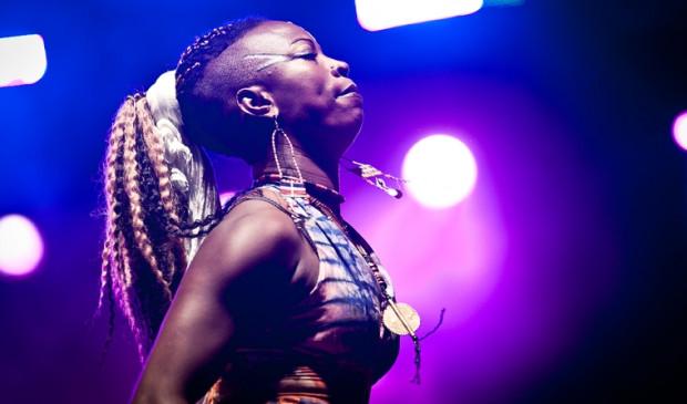 Dobet Gnahore na scenie nie tylko śpiewa, ale uprawia również szamańskie tańce.