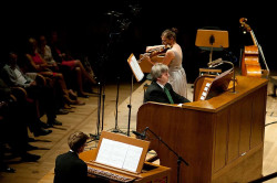 Duet skrzypcowy Maxim Vengerov - Maria Włoszczowska uzupełniał organista i dyrektor Polskiej Filharmonii Bałtyckiej, Roman Perucki (w środku).