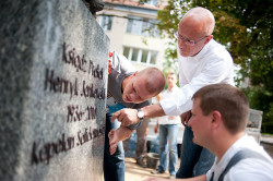 Pracom przyglądał się gdański piekarz Grzegorz Pellowski, wiceprzewodniczący społecznego komitetu budowy pomnika prałata.