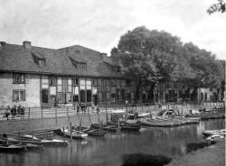 Wiele łodzi cumowało na kanale Raduni, także w pobliżu ujścia do Motławy, jeszcze na początku XX w.