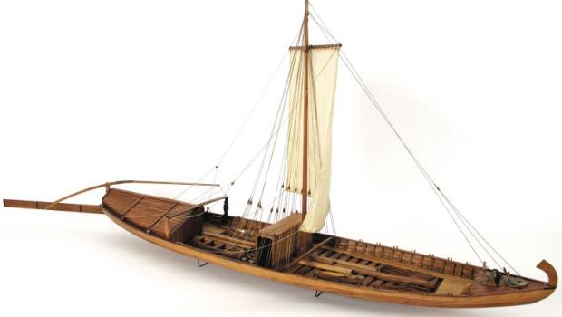Wydobyty fragment to część burty statku wiślanego sprzed kilku wieków, najprawdopodobniej takiego, jak szkuta na zdjęciu.
