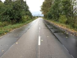 Droga powiatowa w Bogatce. Część jej krawędzi zostało już wzmocnionych.