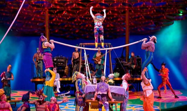 Żeby wszyscy chętni mogli obejrzeć popisy Cirque de Soleil, artyści powtarzali spektakl przy pełnej hali aż sześć razy.