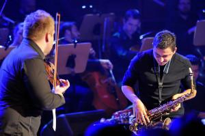 """""""Smooth Criminal"""" w wykonaniu skrzypka i saksofonisty zostało nagrodzone gromkimi brawami."""