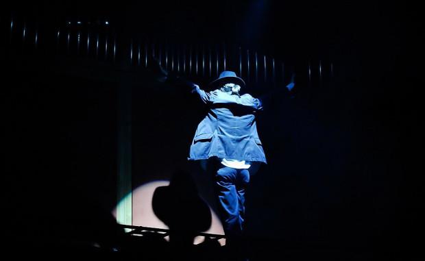 Koncert rozpoczęła improwizacja organowa, na tle której nad sceną ukazała się sylwetka Michaela Jacksona.