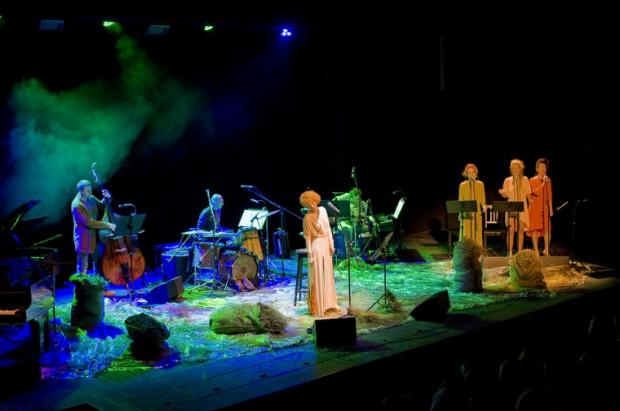 """""""Okruchy spojrzeń"""" Katarzyny Kurdej to projekt muzyczny dopracowany w najdrobniejszych szczegółach. Solistkę wspiera świetny zespół muzyczny i trzy aktorki Teatru Muzycznego w roli chórku, chociaż każda z nich ma już na koncie duże teatralne role."""