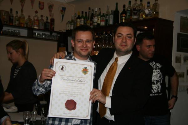 Pavel Trojan samowybrany Prezydent Republiki Žižkov (z prawej) i konsul Michał Saks trzymają dekret powołania konsulatu Wolnego Miasta Gdańska w Pradze.