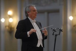 Maestro Jurij Simonov (na zdjęciu) pracę z każdą orkiestrą rozpoczyna od przekazania materiałów nutowych, zawierających jego autorskie uwagi odnośnie wykonania. PFB otrzymała takie partytury na długo przed planowanym koncertem, dlatego podczas inauguracji będzie można posłuchać jak brzmią smyczki grające zgodnie z tradycją rosyjskiej szkoły skrzypcowej.