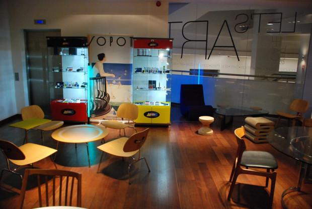 Idea concept store od początku opierała się na połączeniu sklepu z przedmiotami od projektantów i miejsca, gdzie można usiąść, wypić kawę, dobrze zjeść. Nz. Let's Art Cafe.