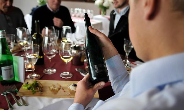 Przy produkcji win biodynamicznych praca w winnicy i poszczególne etapy tworzenia wina są dostosowane do faz księżyca, ziemię użyźnia się specjalnymi homeopatycznymi miksturami, a wina fermentują w glinianych amforach.