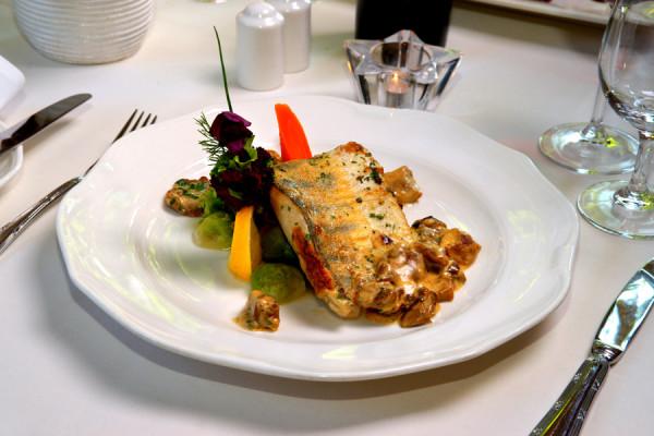 Sandacz w borowikach z cateringowej oferty Restauracji Villa Uphagena. To ryba, która na wigilijnych, polskich stołach zaczyna detronizować karpia.