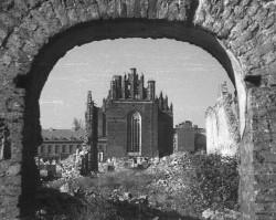 Widok na zniszczony kościół Św. Trójcy z okolicy pobliskiego kościoła św. Piotra i Pawła.