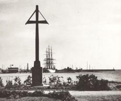 Krzyż został już raz przesunięty, w 1922 roku stał niemal nad brzegiem.